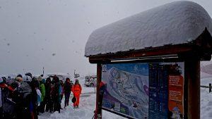 Fotografia d'estació d'esquí mentre neva