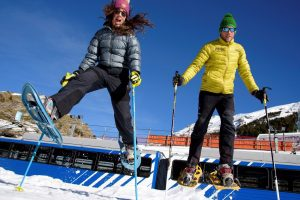 Parella esquiadora saltant