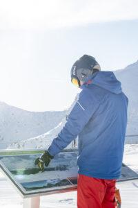 esquiador mirando mapa