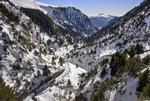 Muntanya nevada i tren FGC