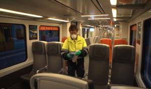Treballador netejant i desinfectant tren FGC