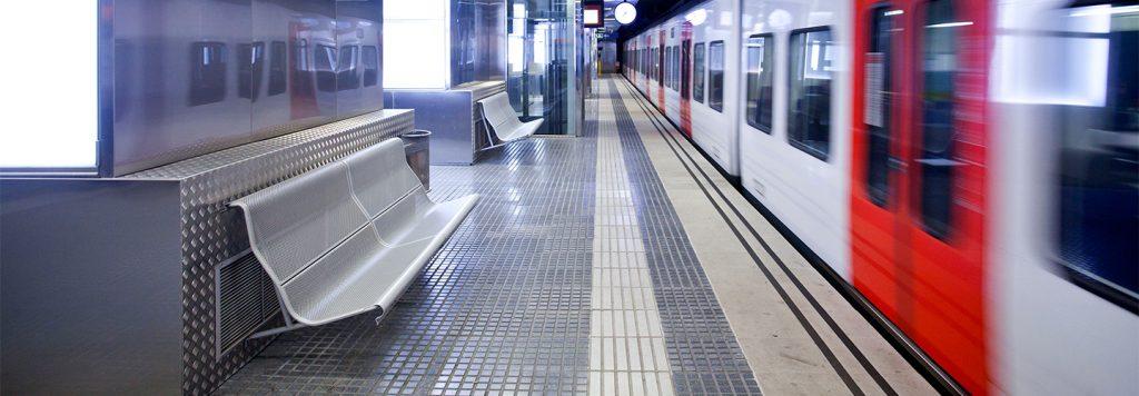 Estació FGC tren en moviment