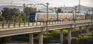 Tren passant per un pont