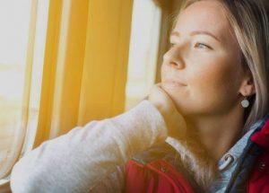 Noia viatjant en un tren FGC