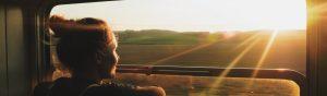 Noia mirant per la finestra d'un tren FGC