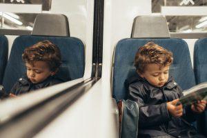 Nen llegint a un tren FGC