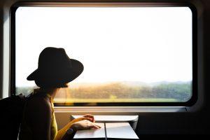 Noia viatjant en un tren dels Ferrocarrils de la Generalitat de Catalunya