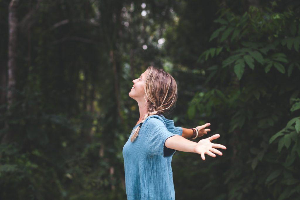 Noia amb els braços oberts