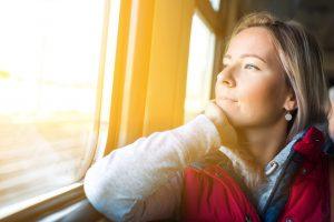 Chica mirando en el tren