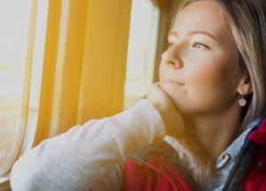 Noia mirant per la finestra tren