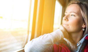 Noia mirant per finestra