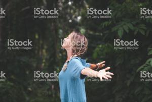 Noia al bosc