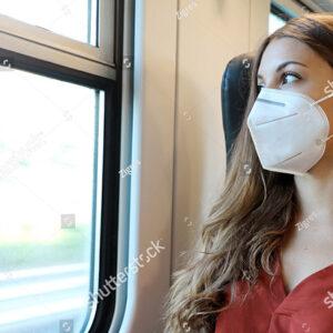 Noia amb mascareta a tren FGC