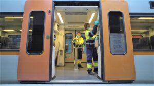Treballadors FGC desinfectant un tren