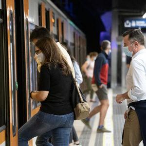 banner gent pujant al tren