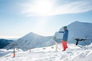 hombre en estación de esqui